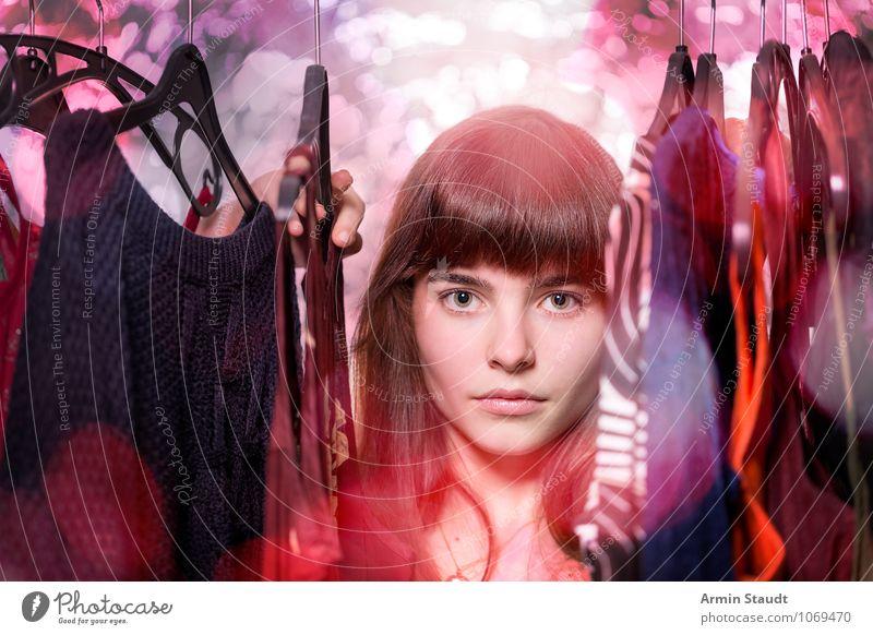Neulich im Kleiderschrank V Lifestyle kaufen Reichtum elegant Stil Design schön Haare & Frisuren Gesicht harmonisch Mensch feminin Junge Frau Jugendliche