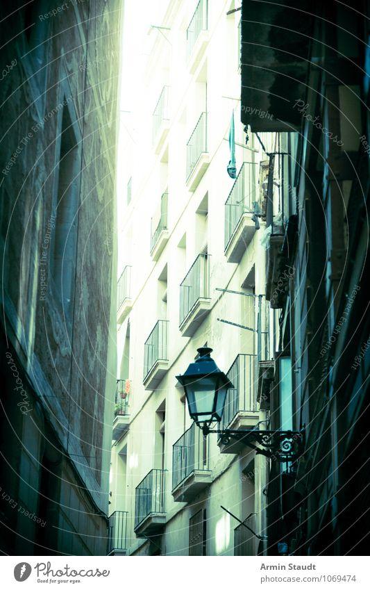 Strassenschlucht - Barcelona Ferien & Urlaub & Reisen Stadt alt Haus dunkel Straße Architektur Stimmung Lifestyle Häusliches Leben dreckig Tourismus authentisch
