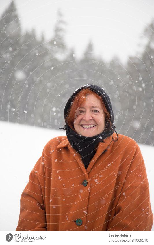 kalt | und der Winter fängt erst an Frau Erwachsene Natur Landschaft Wetter Schneefall Baum Wald Mantel Mütze Erholung frieren Lächeln wandern Glück orange
