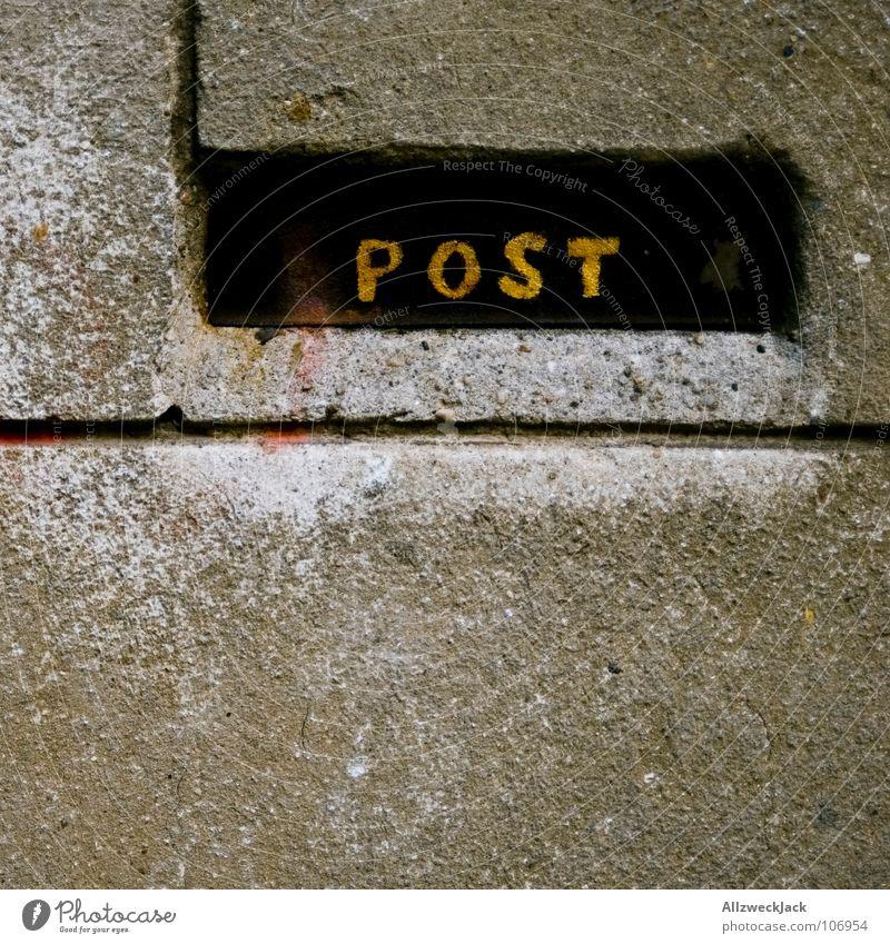 Posthitis Briefkasten E-Mail Postfach Zeitung einwerfen Wand Mauer Putz Postbote Dienstleistungsgewerbe Detailaufnahme Kommunizieren schreiben briefverkehr