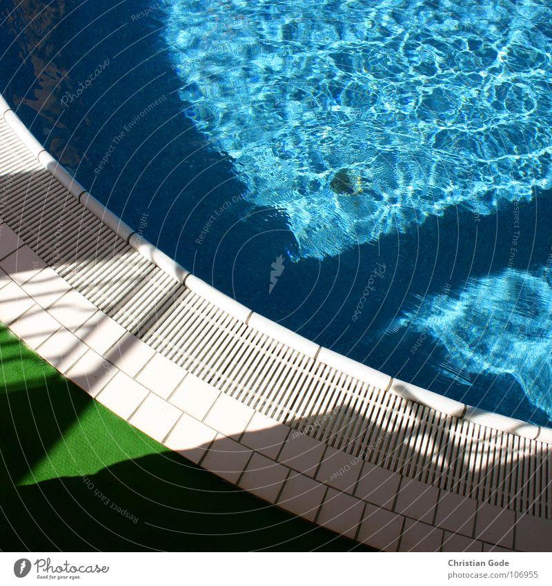 Pool Schwimmbad blau-grün weiß Ferien & Urlaub & Reisen Badehose Badeanzug Kunstrasen Erholung Sommer Frankreich Cote d'Azur Detailaufnahme Wasser Swiming pool