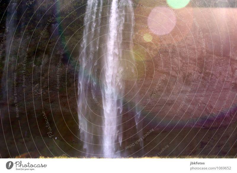 irgend-so-ein Wasserfall auf Island Umwelt Natur Urelemente Wassertropfen Nebel Felsen Berge u. Gebirge Schlucht ästhetisch abstrakt Regenbogen Fleck Gegenlicht