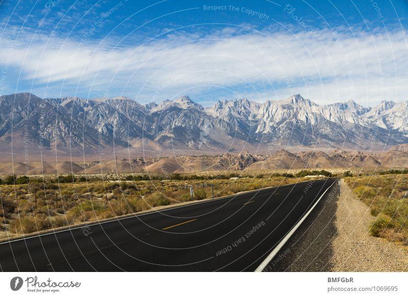Prachtvolle Natur und Fortschritt Umwelt Landschaft Himmel Horizont Berge u. Gebirge Gipfel Verkehr Verkehrswege Straßenverkehr Autofahren Fernstraße Zeichen