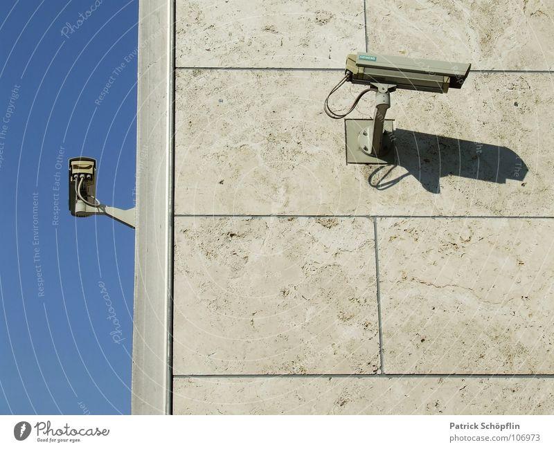 BB is watchin u Video Wand Mauer Regierungssitz grau Fotokamera Beaobachtung Kontrolle Überwachungsstaat Information Filmindustrie blau Fotografie