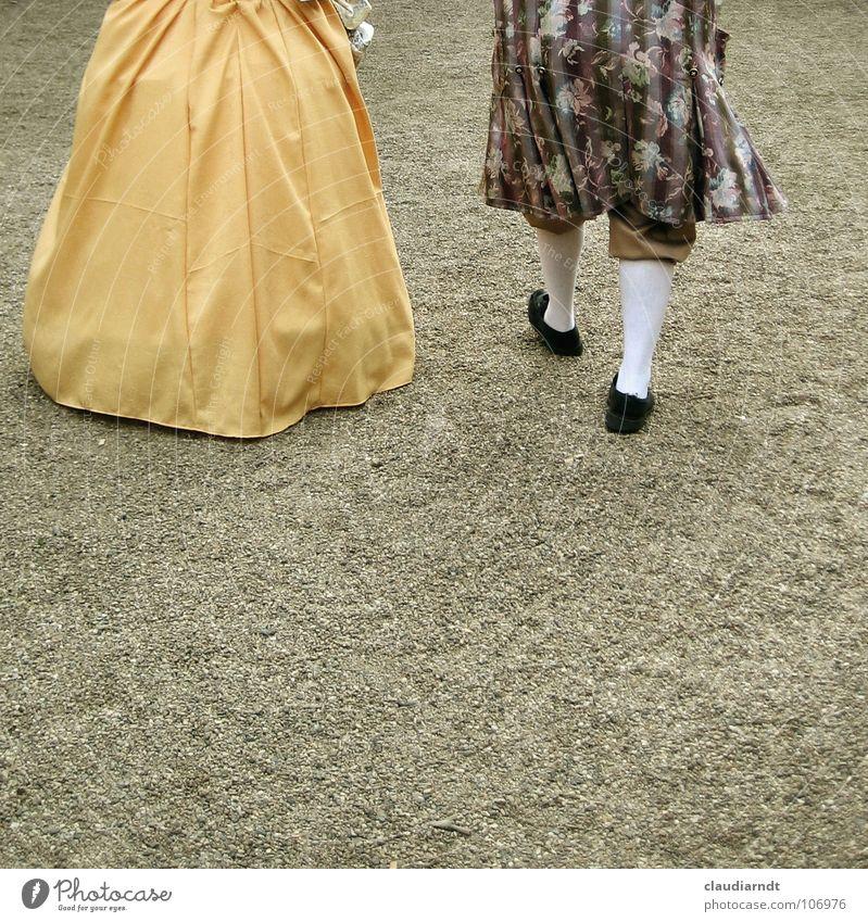 Abgang alt Paar Feste & Feiern gehen elegant paarweise Spaziergang Kleid Karneval historisch Vergangenheit Theaterschauspiel Burg oder Schloss Strümpfe Kino