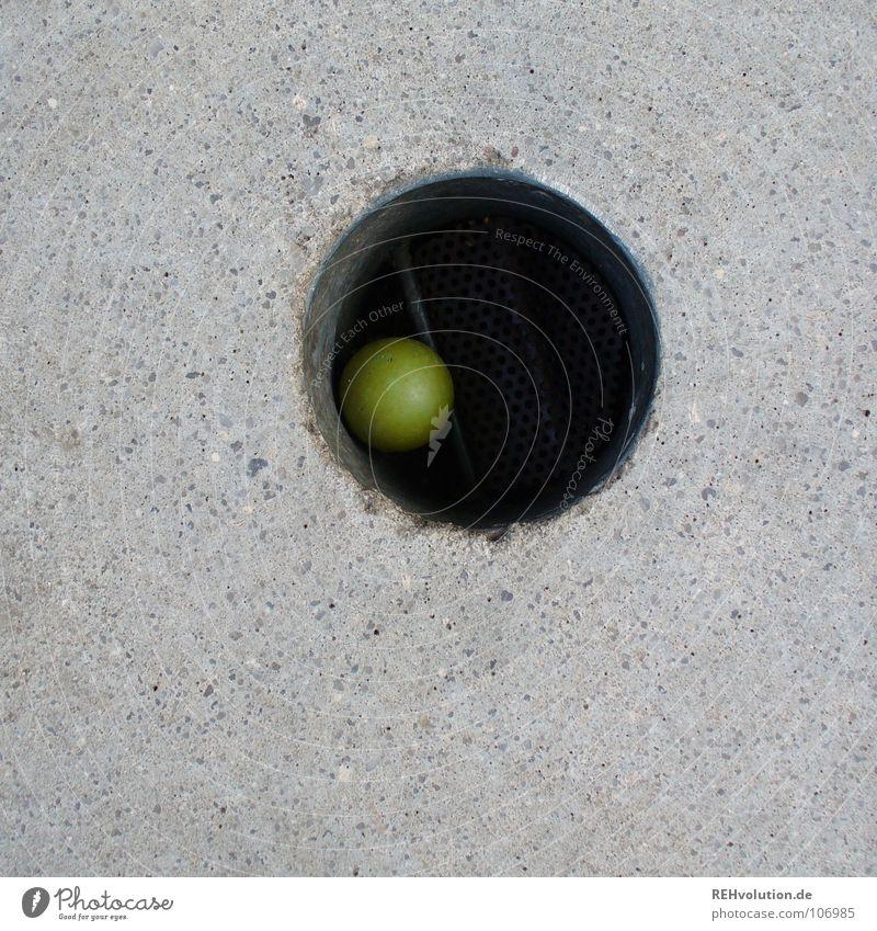 DRIN! grün Sommer Freude Spielen grau Freizeit & Hobby Schilder & Markierungen Beton Erfolg stehen Ecke rund Ball schreiben Punkt Konzentration