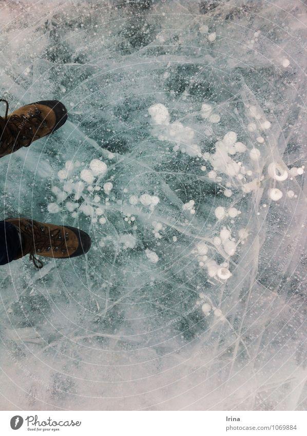 Eiswanderin Abenteuer Winterurlaub Urelemente Frost See Schuhe Wanderschuhe frieren außergewöhnlich bedrohlich kalt blau türkis weiß Optimismus Mut Wachsamkeit