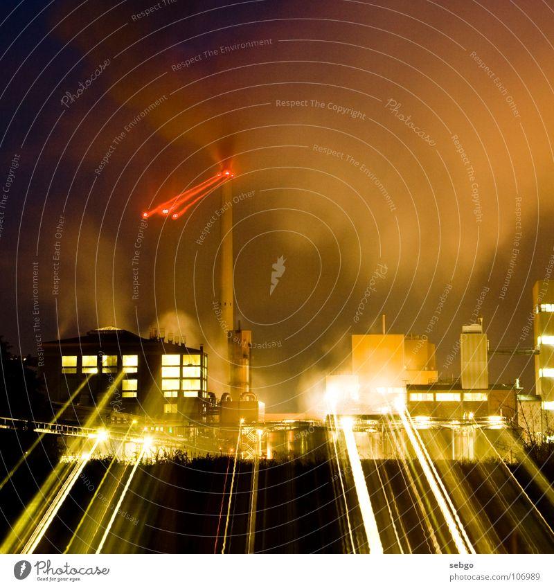 Lichtfabrik Fabrik rot Strahlung Gebäude Gewerbe Nacht Langzeitbelichtung Zoomeffekt Zuckerfabrik Industrie Turm Schornstein Wasserdampf Rauch Lichtstrahl