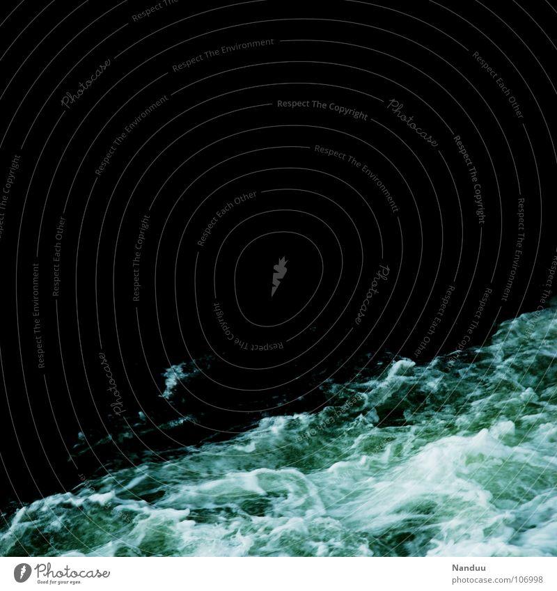 reißende Fluten Meer kalt Wellen nass gefährlich bedrohlich Fluss Klimawandel Wasser Gischt Strömung Naturgewalt ertrinken Wasserkraftwerk abstrakt