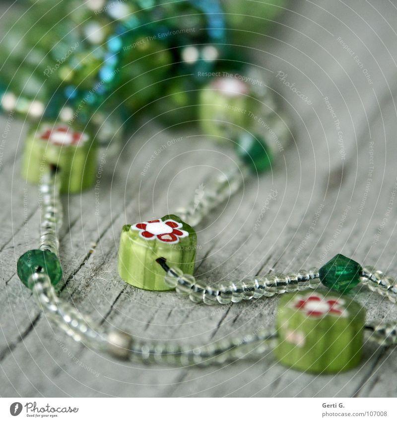 Perlblumen alt Blume grün Freude Holz klein mehrere kaputt Spielzeug verfallen Reichtum Statue Schmuck Kunststoff Handwerk Loch