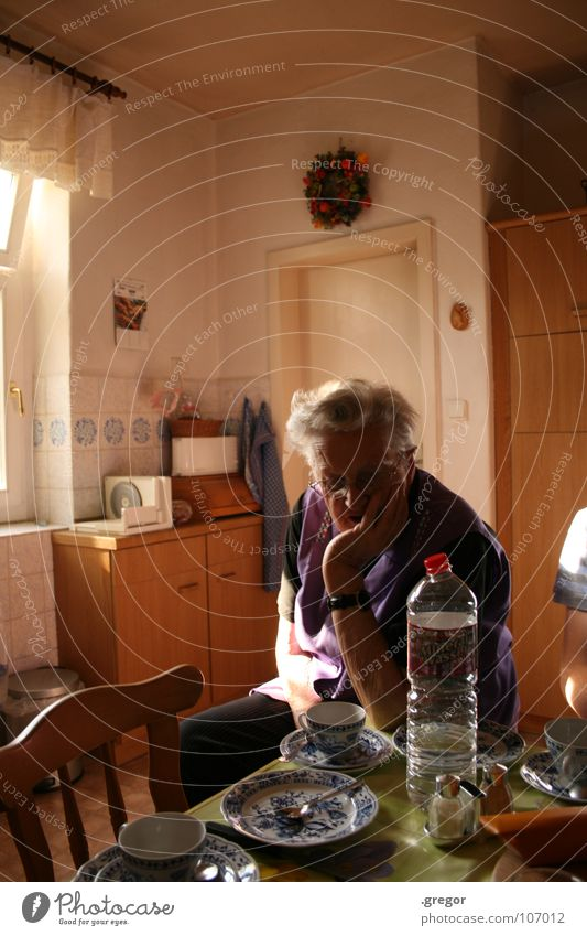 nobody drinks the Mukkefuk Kaffeepause Senior Küche Tisch Deutschland Osten Zeit alt Langeweile aufgegessen leer fertig Ruhestand Altersversorgung Schürze