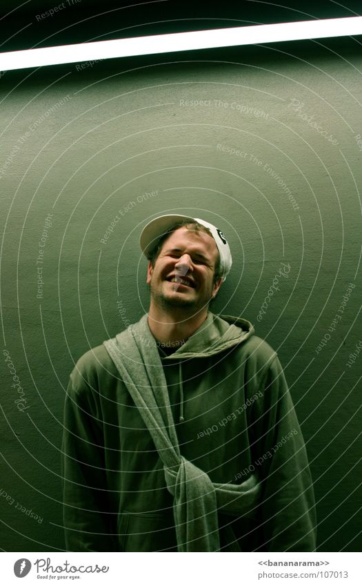 Ein ganz spezielles Lächeln Mensch Mann grün Freude Straße Wand Gefühle Haare & Frisuren Glück Stil lachen Lampe hell lustig Zähne Hut