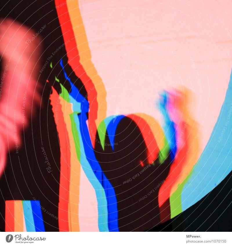 kessel buntes Kunst Schatten Selbstportrait Experiment Beleuchtung blau grün rot Oberkörper Kopf Finger Farbfoto Innenaufnahme Kunstlicht Porträt winken Kind