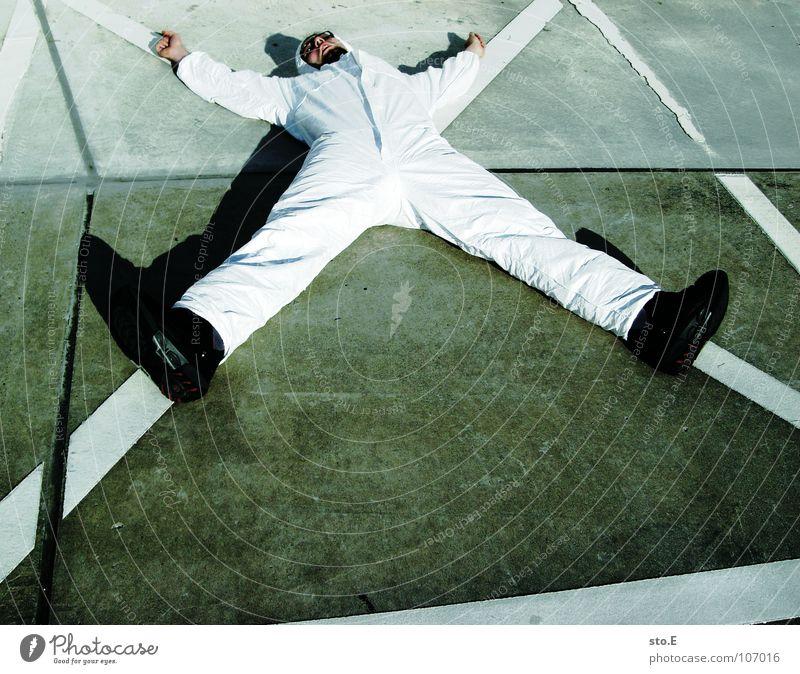 kreuzweise Mensch blau weiß Straße Wege & Pfade Denken Linie liegen Rücken Schilder & Markierungen Erfolg Platz Aktion Sicherheit Schönes Wetter Reinigen