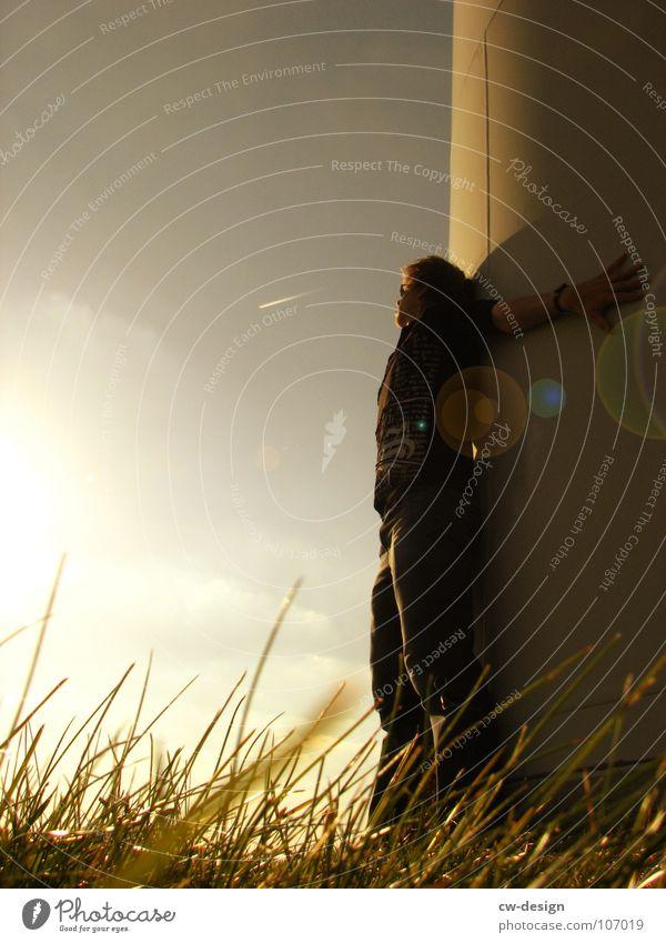 die nähe Mensch Sonne Sonnenlicht Gegenlicht Blendenfleck anlehnen Außenaufnahme Dämmerung Textfreiraum links