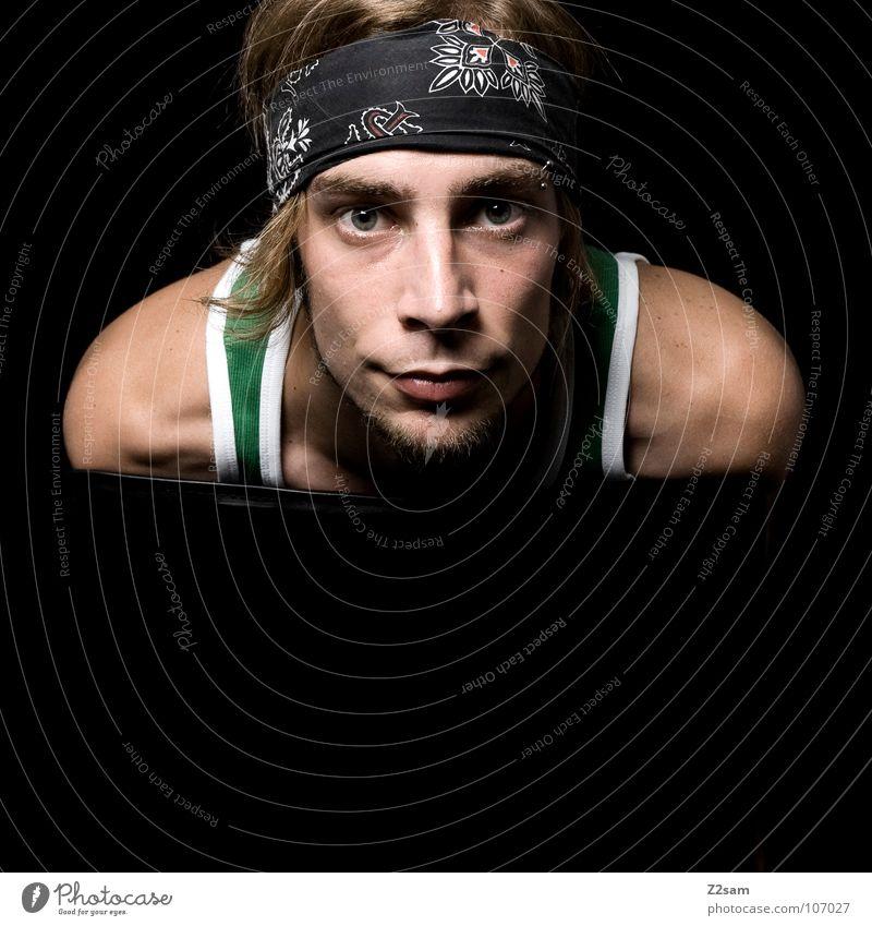 frontal III Porträt klassisch schwarz dunkel Studioaufnahme Rocker Stirnband Muskelshirt grün Mann Jugendliche Blick Schulter blond Stuhl Tuch Haare & Frisuren