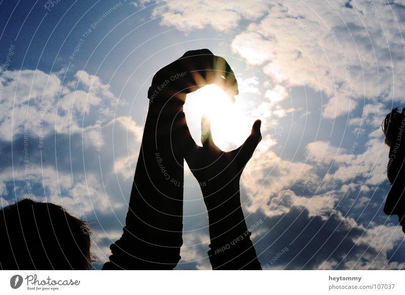 Catch the sun Himmel Hand Sonne Sommer Wolken dunkel Gefühle Kopf hell Arme hoch Stern Stern (Symbol) Macht fangen Ewigkeit