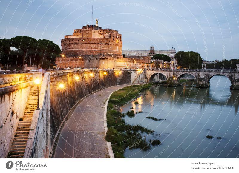 Schloss Sant'Angelo Engelsburg Grabmal hadrianisch Abend Abenddämmerung Rom Römer Italien Italienisch alt antik Gebäude Brücke parco adriano Tiber Nacht