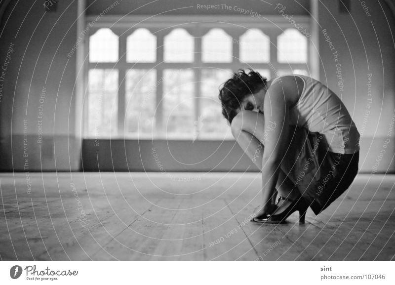 hiding Frau Jugendliche Einsamkeit Fenster Filmindustrie analog Saal Single Monochrom Tanzfläche Medien hockend