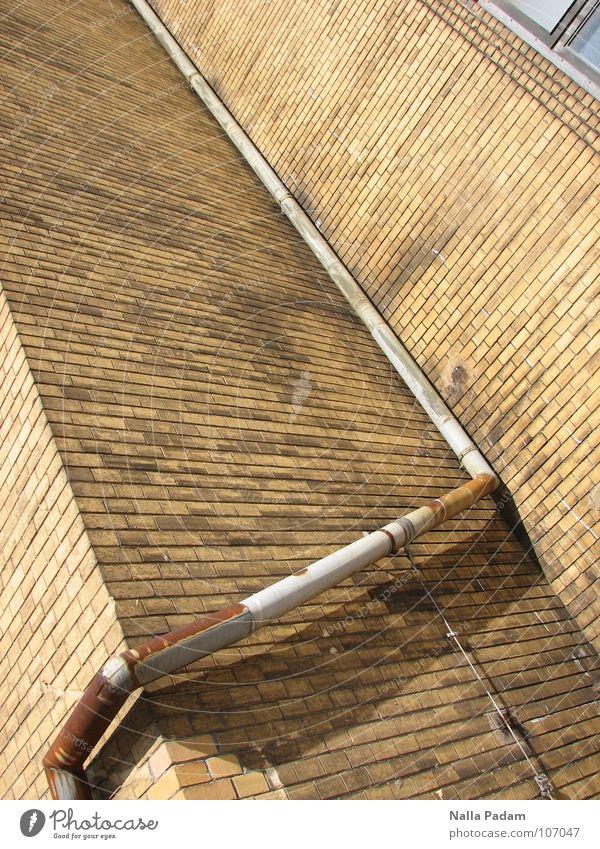 Einfach Fallrohr oder Die Kunst Wasser zu lenken Wand Backstein Ocker eckig historisch Abfluss Dach abwärts Industrie Stein Regenrohr Rost Ecke um die Ecke alt
