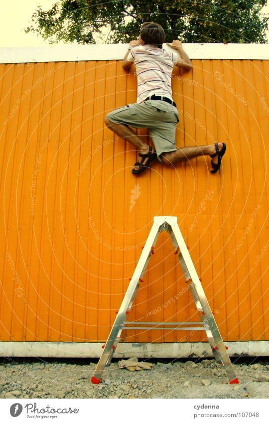 Neugier genügt Mensch Mann Einsamkeit Wand oben Wege & Pfade orange Arbeit & Erwerbstätigkeit Kraft außergewöhnlich Erfolg neu planen Wunsch Ziel Neugier