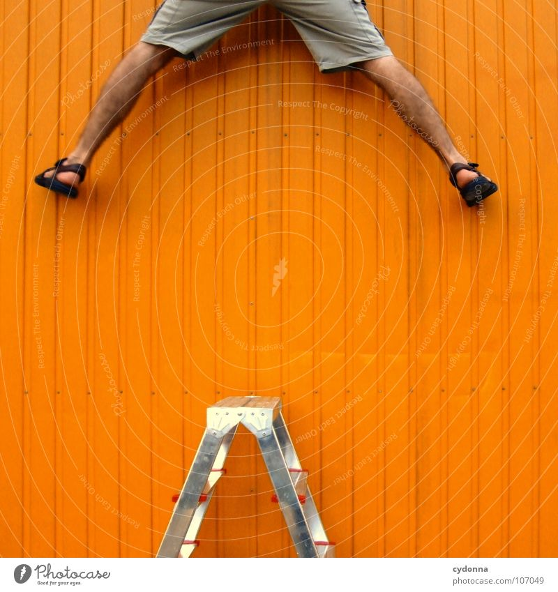 Neugier genügt I Mensch Mann Einsamkeit Wand oben Wege & Pfade Beine orange Arbeit & Erwerbstätigkeit Kraft außergewöhnlich Erfolg neu planen Wunsch Ziel