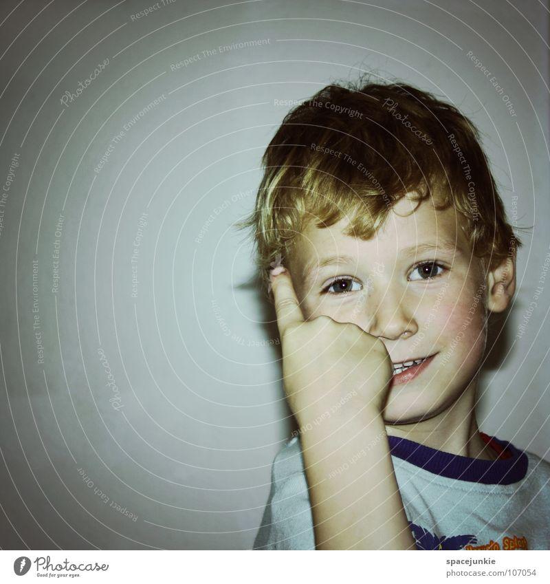 Mit erhobenem Zeigefinger Kind Kleinkind Spielen Kinderzimmer weiß Lebensfreude Freude frech Junge Schulkind Gesicht Blick ermahnen