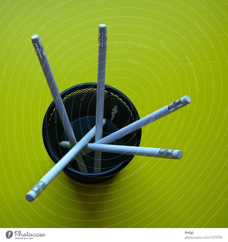 Stifte mit Radiergummi stehen in einer runten Box auf gelbem Hintergrund Schreibstift Bleistift Becher Draht lang dünn vertikal durcheinander nebeneinander