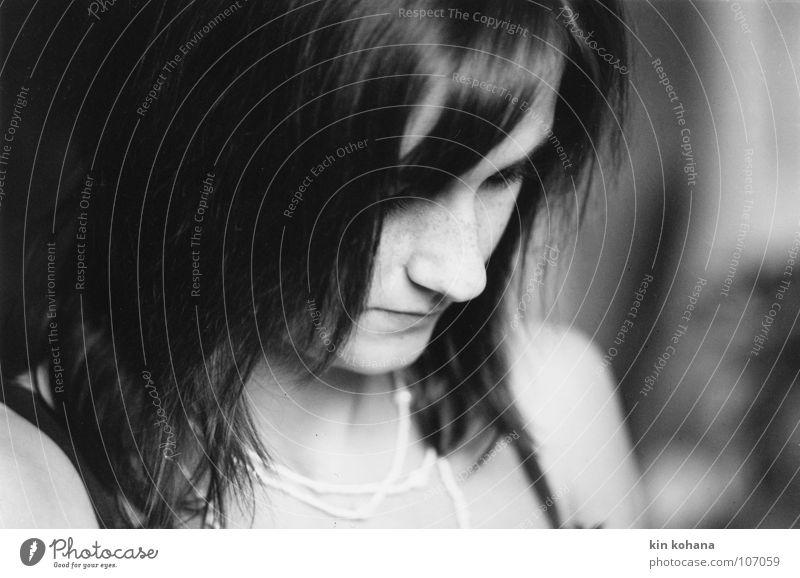 gedanken Haare & Frisuren Haut lesen feminin Junge Frau Jugendliche Erwachsene Kopf Gesicht Nase Mund Lippen 18-30 Jahre Denken Blick dünn schön schwarz weiß