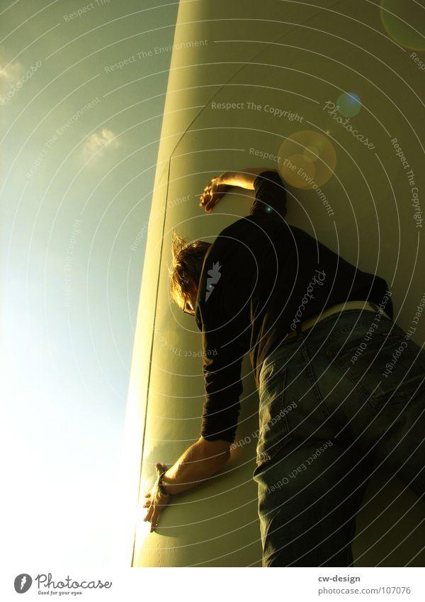 die hingabe Mensch Detailaufnahme Bildausschnitt Anschnitt Blendenfleck Gegenlicht Sonnenlicht Körperhaltung anlehnen festhalten verstecken Außenaufnahme
