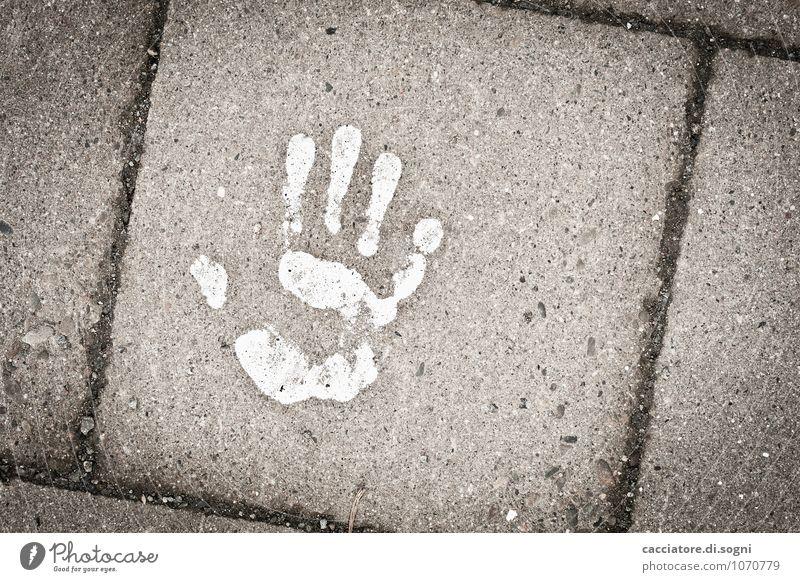 Es erwacht um Mitternacht Straße Bürgersteig Gehweg Plattenweg Beton Zeichen Hand Handabdruck bedrohlich dunkel einfach gruselig unten grau weiß Tod Angst