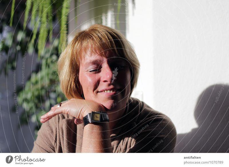 Die Sonne genießen Lifestyle Freude Glück Haut Muttertag Geburtstag feminin Frau Erwachsene Leben Körper Kopf Haare & Frisuren Gesicht Auge Nase Mund Lippen