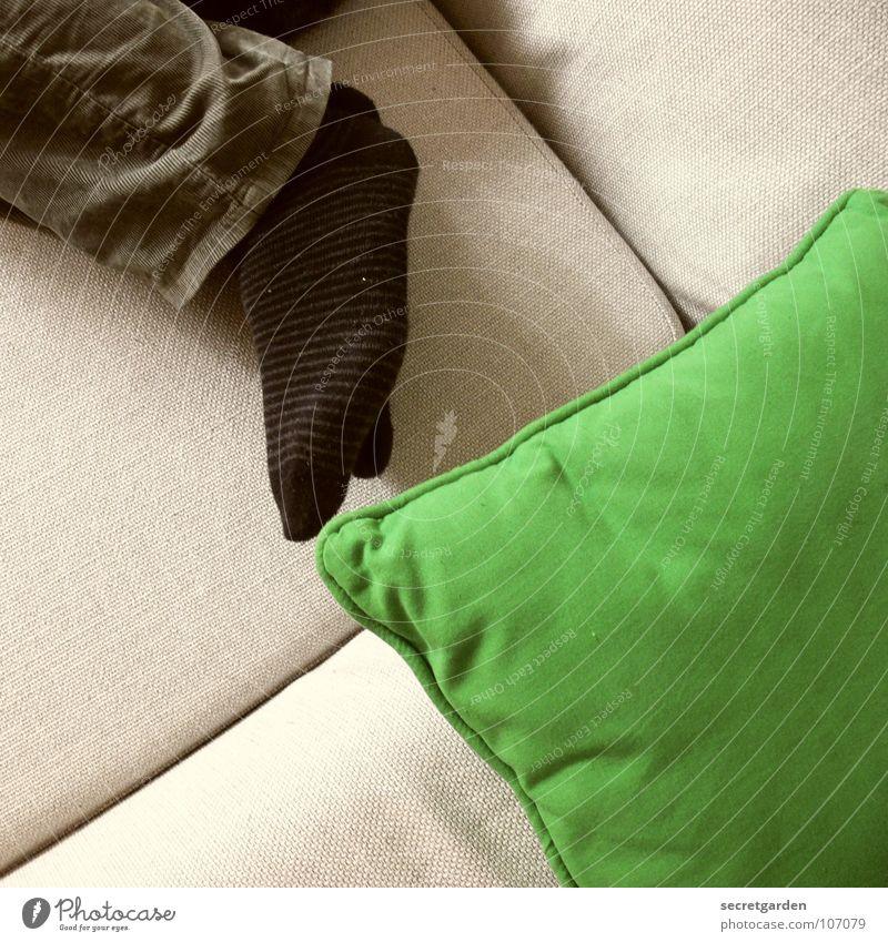 stilleben mit kissen und socken Ringelsocken Strümpfe Kissen Bekleidung Hose grün khakigrün schwarz grau Sofa schlafen horizontal Material ruhig ruhend Mann