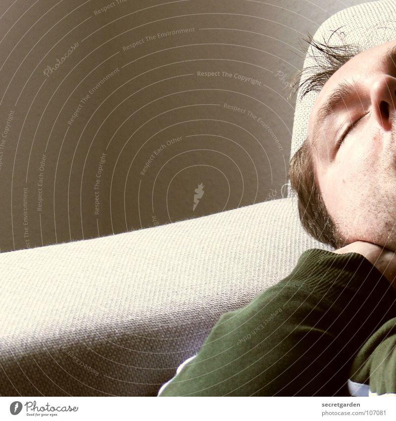 topfit II Bekleidung grün khakigrün Sofa grau schlafen horizontal Material ruhig ruhend Mann Wohnzimmer Raum Wand Licht liegen Erholung horizontale lage