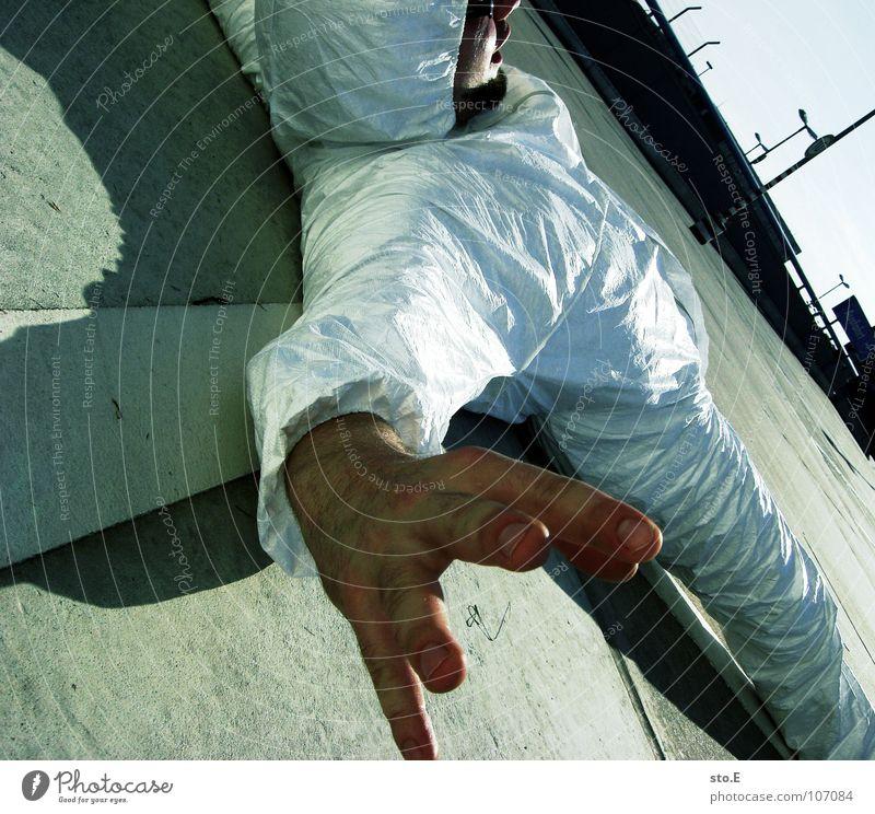 auf die schiefe bahn geraten Mensch weiß Hand Haus Straße Gebäude Denken liegen Angst Rücken Schilder & Markierungen Erfolg Platz Aktion Finger Streifen