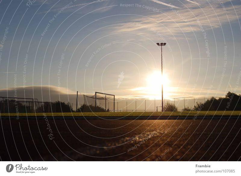 Einsamer Sportplatz im Morgenlicht Sonnenaufgang Einsamkeit ruhig Spielen Sommer Freizeit & Hobby Freiheit Himmel Tartanbahn Tor Zeit für sich