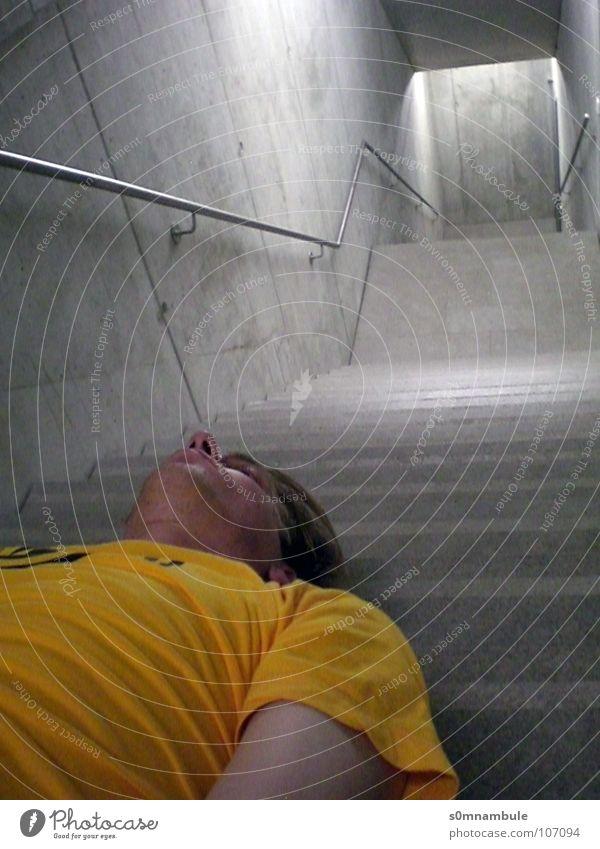 Der Mensch im Raum Blick nach unten kalt Perspektive Fluchtpunkt gelb wahrnehmen Beton diagonal entgegengesetzt Innenaufnahme grau modern Treppe abwärts