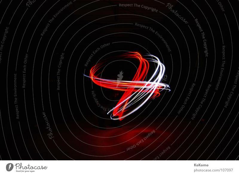 Lichtspiel Nacht ruhig dunkel schwarz rot weiß weich Einsamkeit Langzeitbelichtung Gefühle light Bewegung Mensch lightart spieglung Kraft alone Schatten frei