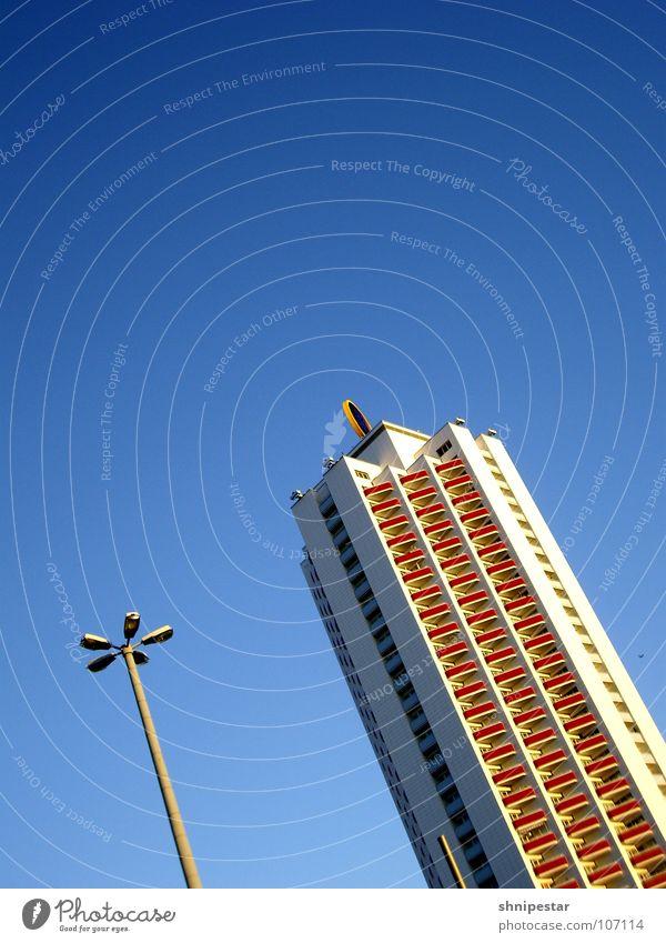 Full durch LE Himmel blau Sommer Lampe Erholung Traurigkeit hell Hochhaus verrückt Trauer Häusliches Leben Sehnsucht Mitte Balkon Etage Leipzig