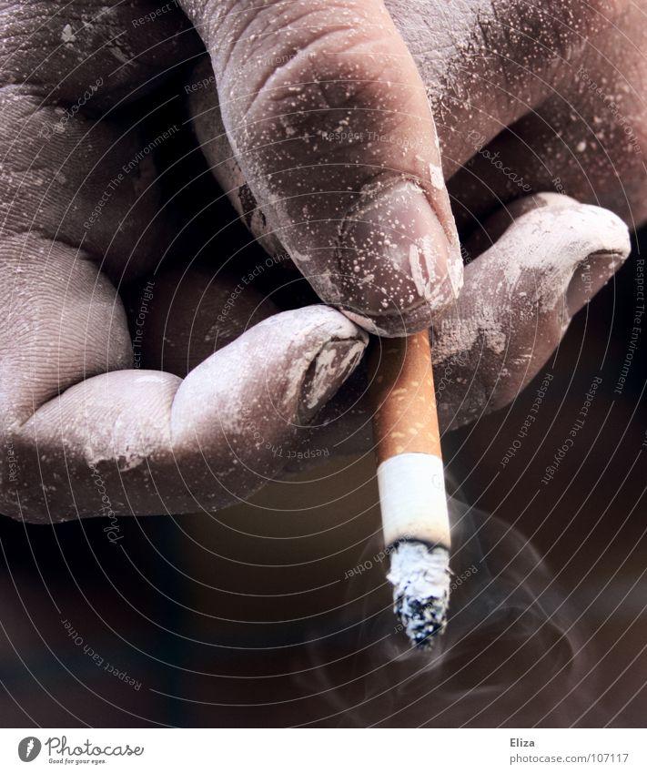 Eine mit weißer Maler Farbe besprenkelte Hand  eines Rauchers mit brennender Zigarette und Rauch Rauchen Mensch maskulin Mann Erwachsene Finger Laster