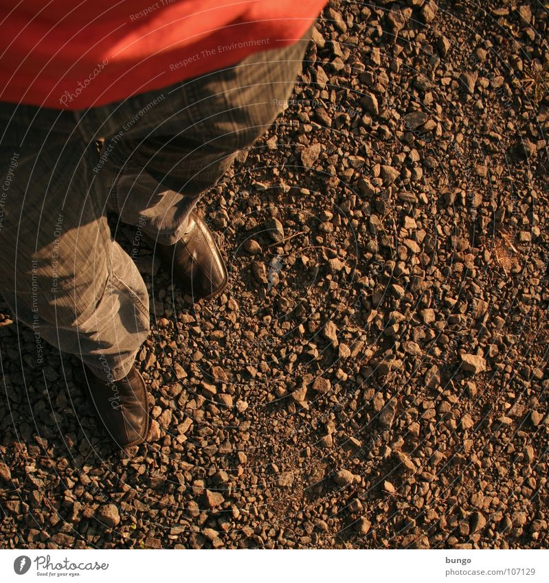 Quadratischer Bilder-Unsinn Schuhe Hose T-Shirt Kieselsteine gehen stehen Spaziergang Einsamkeit Mann Bodenbelag Stein laufen Ausflug warten
