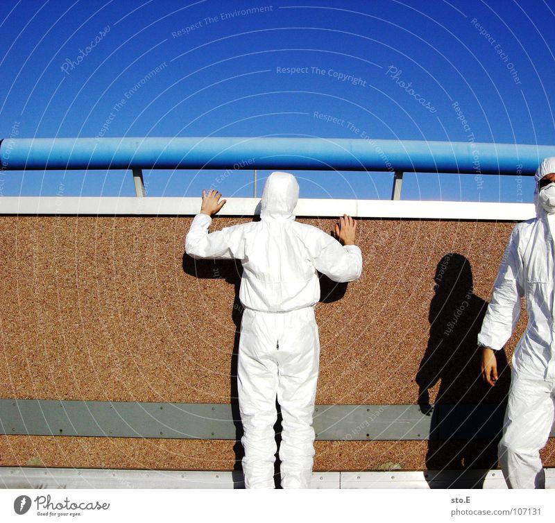 der rechte hat pause Kerl Aktion Anzug weiß Sicherheit Schutzanzug Arbeitsbekleidung Pentium Arbeitsschuhe Stahlkappe Maske Schutzmaske Atemschutzmaske