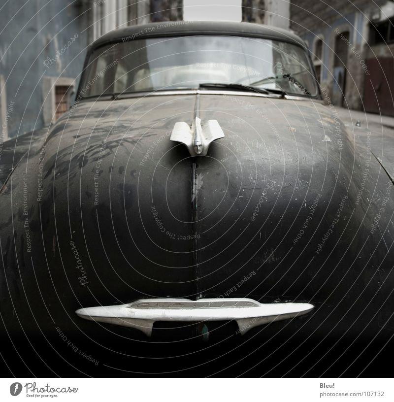 Cuban car Havanna Belle Epoque Verkehr bonnet dirty classical car driver gray Architektur