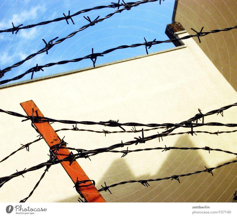 Stacheldraht Zaun Barriere Verbote aussperren gefangen Sehnsucht Zwang Wand Mauer Eisen Autohaus Detailaufnahme Trauer Verzweiflung obskur Justizvollzugsanstalt