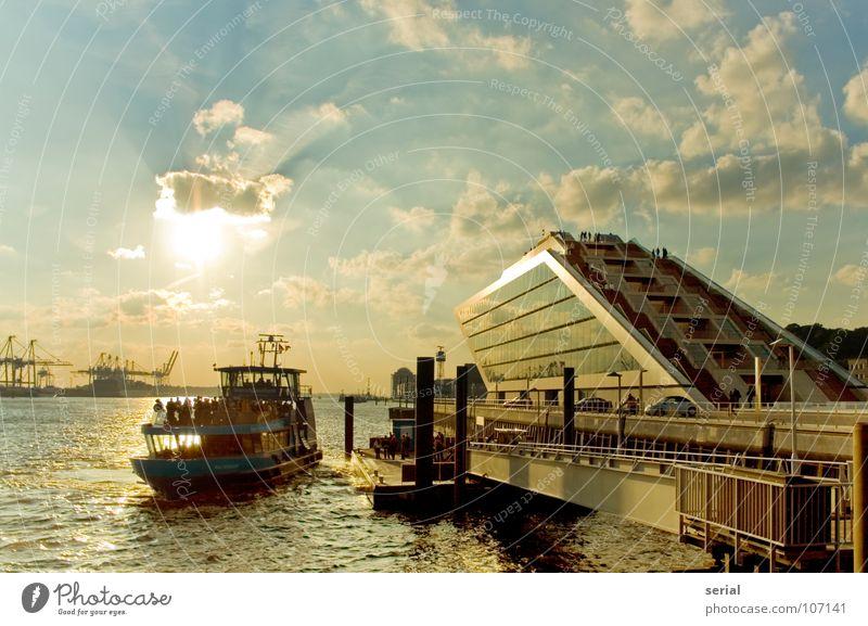 Schiff-Anleger-Haus Mensch Wasser Himmel Sonne blau Sommer Wolken Wärme Wasserfahrzeug hell orange Hamburg Physik Hafen
