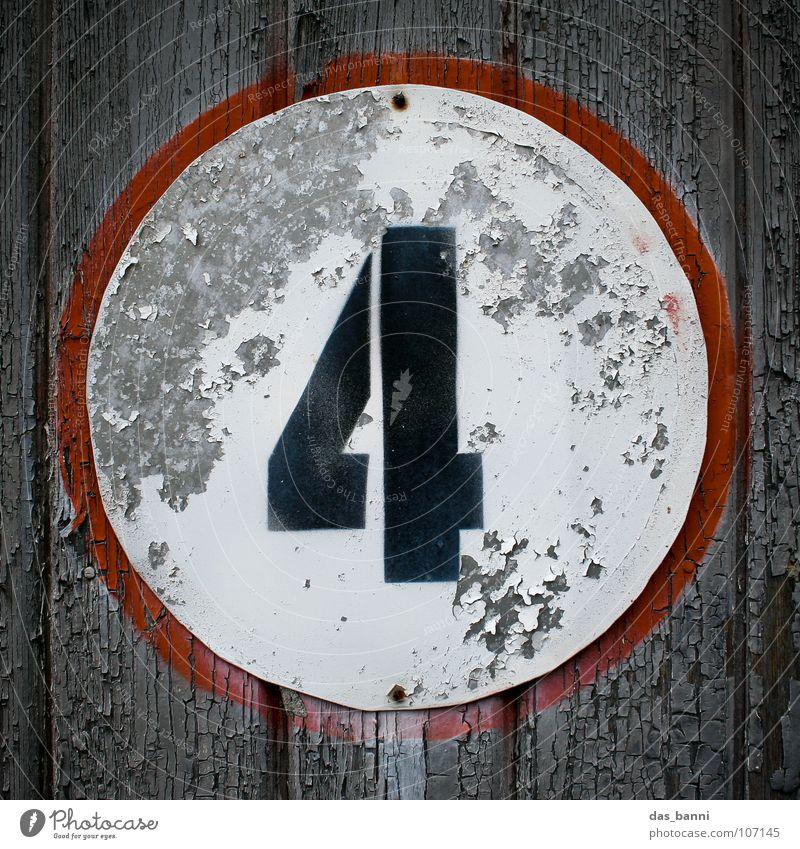 NUMB3R 4 Ziffern & Zahlen Anordnung gebraucht alt verfallen Typographie weiß Holz schwarz rot grau sprühen Mitte Design Splitter Nagel Befestigung frontal