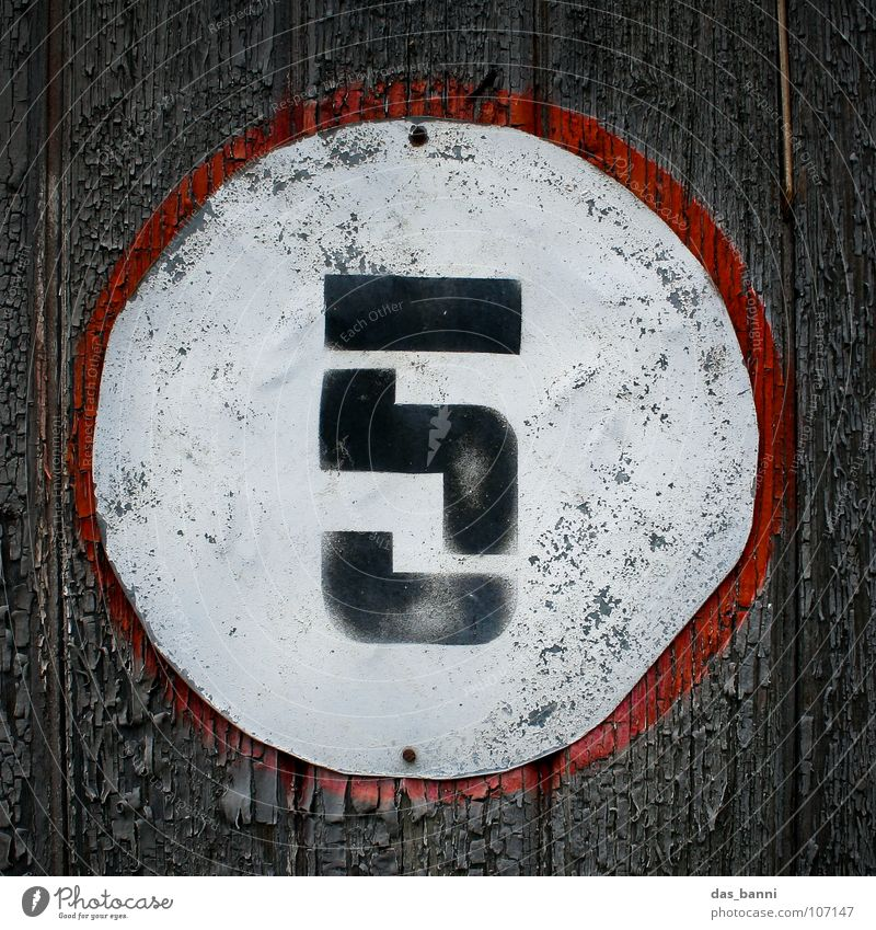 NUMB3R 5 Ziffern & Zahlen Anordnung gebraucht alt verfallen Typographie weiß Holz schwarz rot grau sprühen Mitte Design Splitter Nagel Befestigung frontal