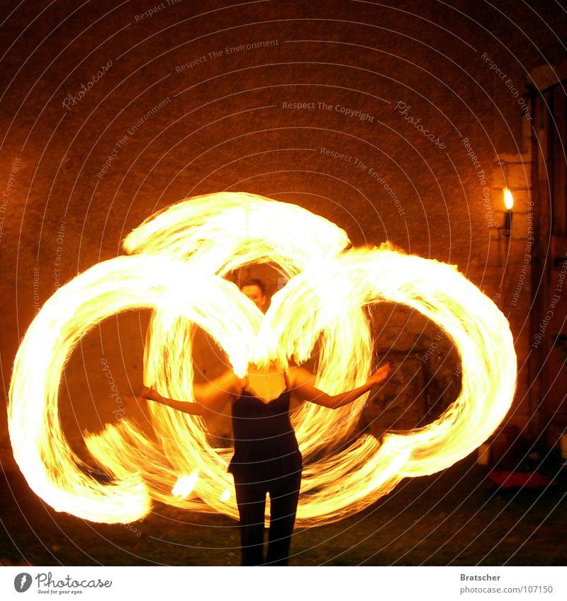 Kreise ziehen. hell Kunst Feuer Kreis heiß leuchten Künstler Zauberei u. Magie Entertainment Akrobatik kopflos bezaubernd Leuchtspur Performance Mittelalter