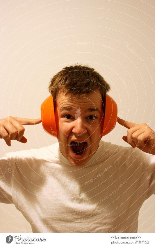 120 Dezibel Mann weiß Kopf orange Finger gefährlich Baustelle T-Shirt Ohr Niveau schreien Schmerz laut Schaden Krach Gehörsinn