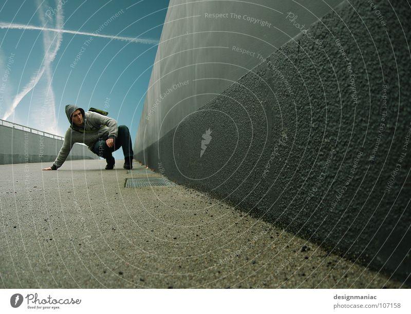 Extreme Bodenhaftung Matrix Stil extrem Beton grau schwarz Mann springen Schweben Luft Schwerelosigkeit Kondensstreifen dunkel Held steil Fluchtpunkt Wand Mauer